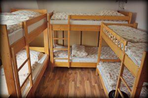 שלוש מיטות