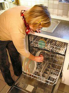אישה מכניסה כלים